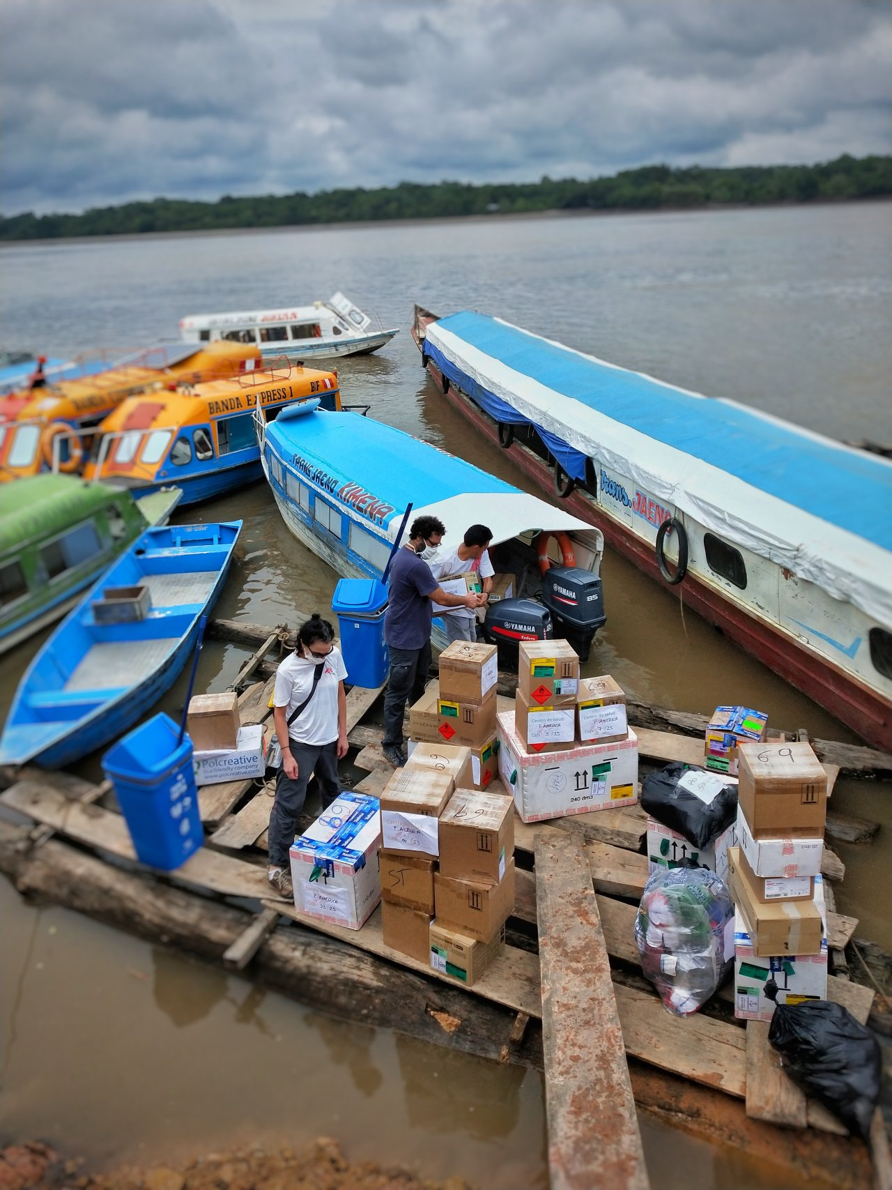 Déchargement du matériel des bateaux.